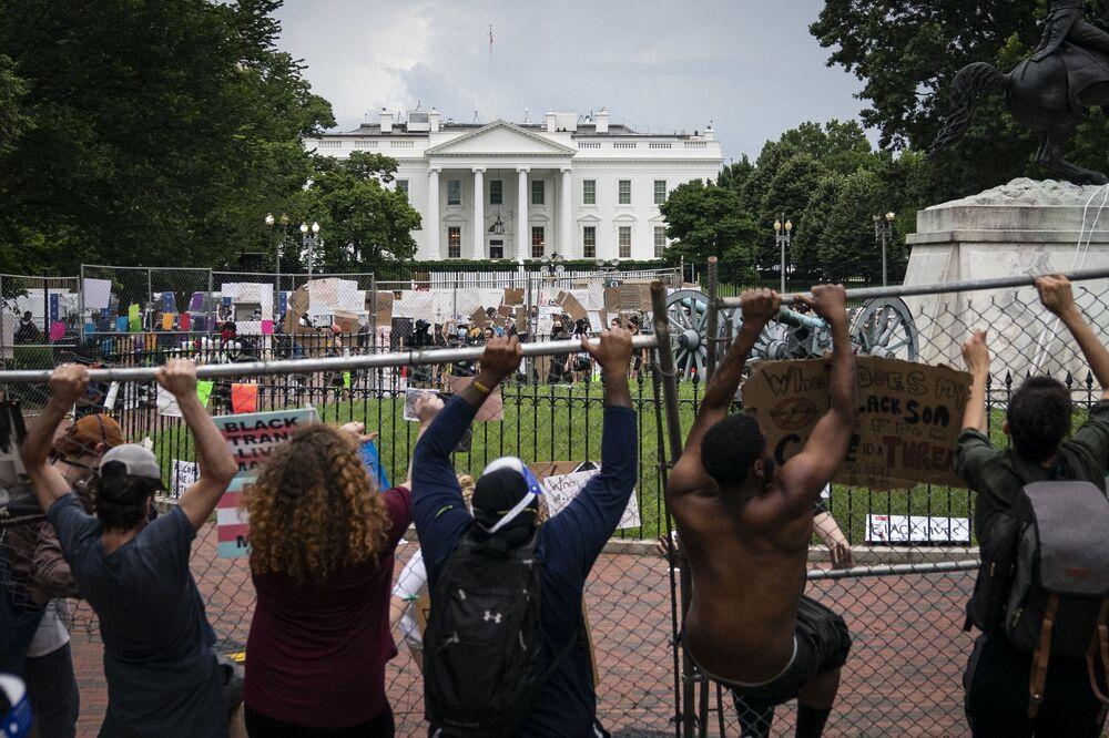 Protesty před Bílým domem.