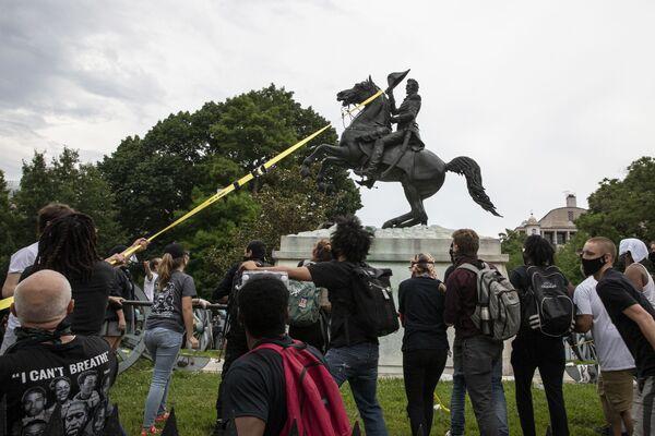 Protestující ve Washingtonu se snaží svrhnout pomník americkému prezidentovi Andrewovi Jacksonovi před Bílým domem. - Sputnik Česká republika