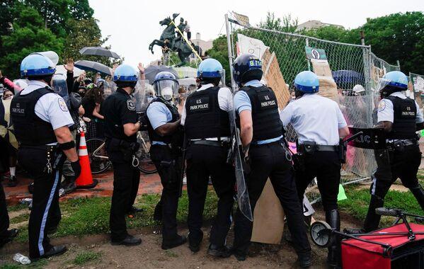 Policie se snaží zabránit protestujícím svrhnout pomník americkému prezidentovi Andrewovi Jacksonovi před Bílým domem. - Sputnik Česká republika