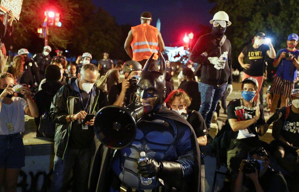 Protestující v obleku Batmana.