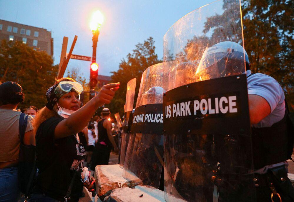 Střety protestujících s policií ve Washingtonu.