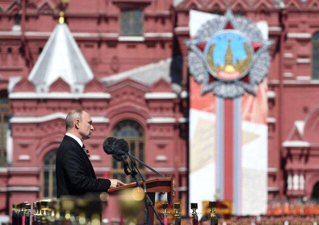 Ruský prezident Vladimir Putin během vojenské přehlídky v Moskvě, 24. června 2020.