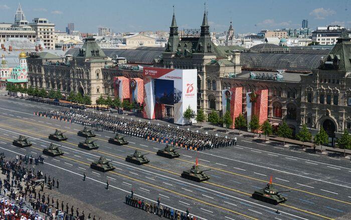 Tanky T-34-85 během vojenské přehlídky u příležitosti 75. výročí vítězství.