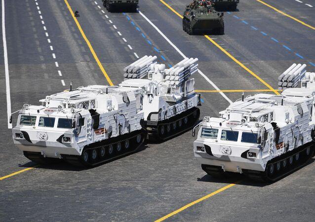 Protiletadlové raketové a dělostřelecké systémy Pancir-SA na Rudém náměstí.