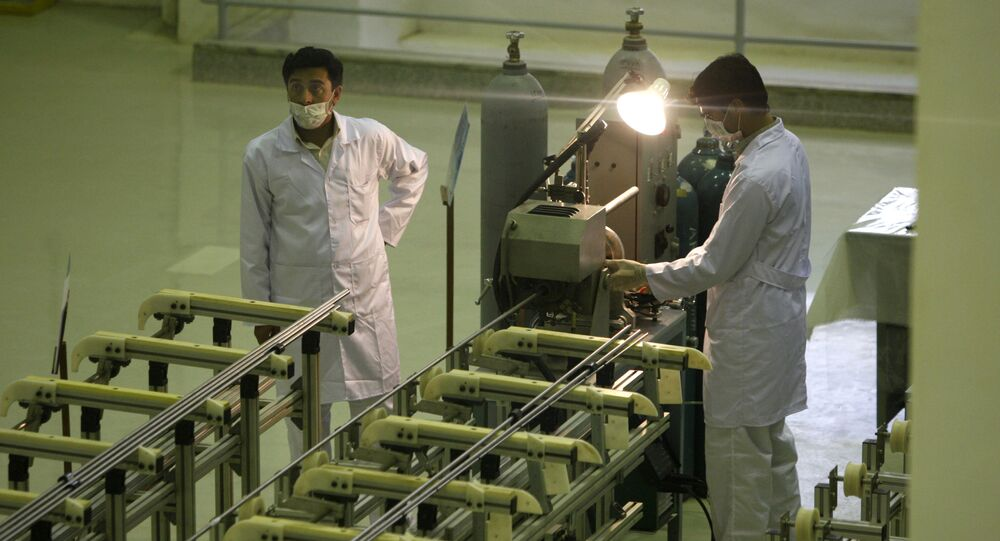 Íránští vědci pracují se zařízením na výrobu uranového paliva pro jaderný reaktor. Archivní foto
