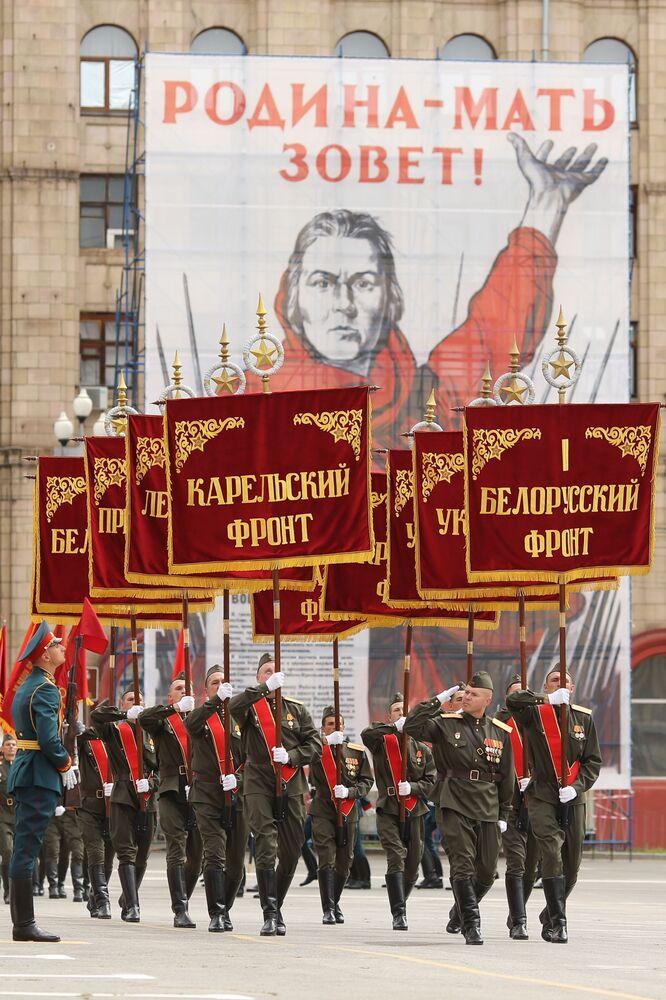 Vojáci na vojenské přehlídce vítězství ve Volgogradu