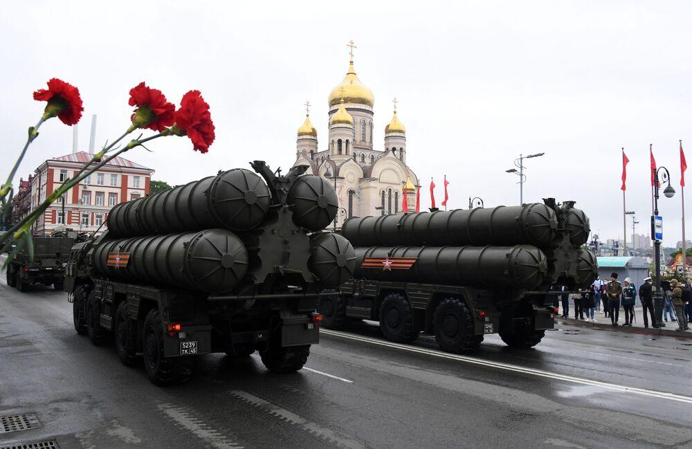 Protiletadlové raketové komplexy S-400 na vojenské přehlídce při příležitosti 75. výročí vítězství ve Vladivostoku