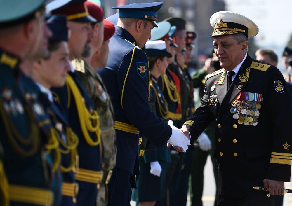 Zástupce prezidenta v Severním federálním okruhu Sergej Menajlo na vojenské přehlídce vítězství v Novosibirsku