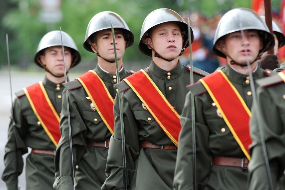 Vojáci v průvodu při vojenské přehlídce k 75. výročí vítězství v Čitě