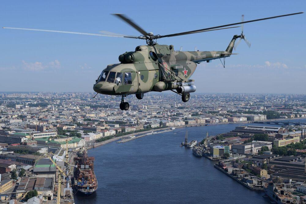 Vrtulník na letecké přehlídce k 75. výročí vítězství v Petrohradě