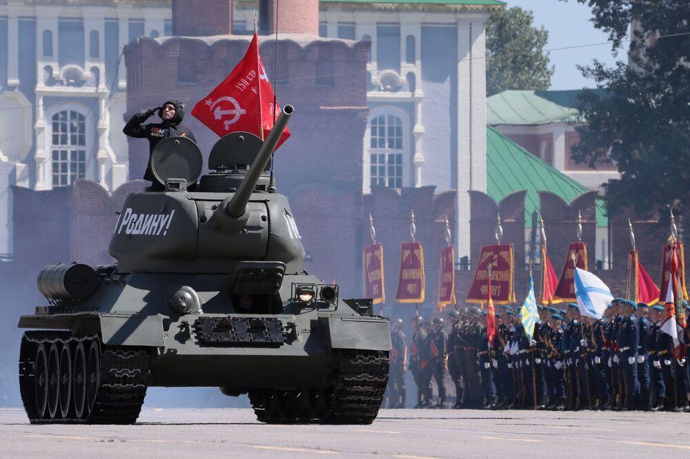 Tank T-34-85 na vojenské přehlídce k 75. výročí vítězství v Tule