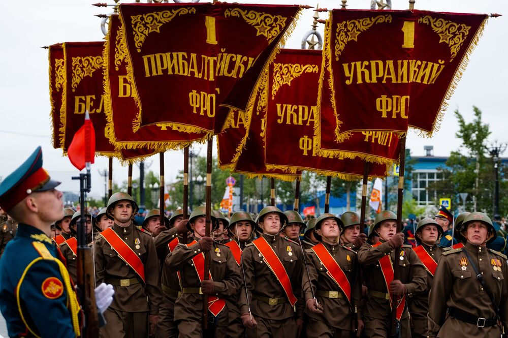 Vojáci při vojenské přehlídce při příležitosti 75. výročí vítězství v Jihosachalinsku