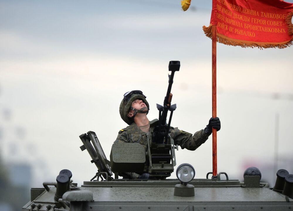 Voják během vojenské přehlídky k 75. výročí vítězství