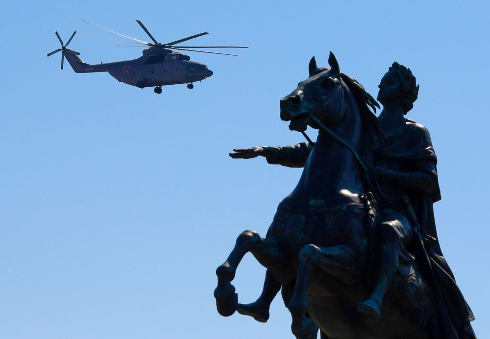 Těžký vrtulník Mi-26 při průvodu k 75. výročí vítězství v Petrohradě