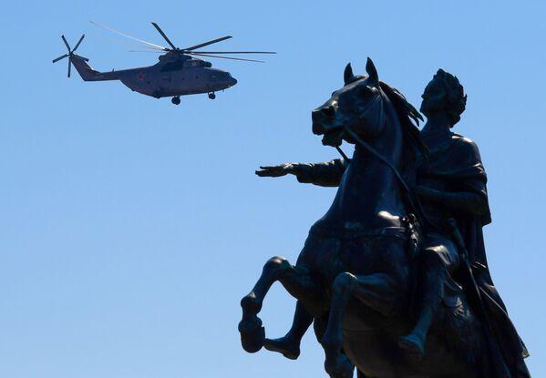 Těžký vrtulník Mi-26 při průvodu k 75. výročí vítězství v Petrohradě - Sputnik Česká republika