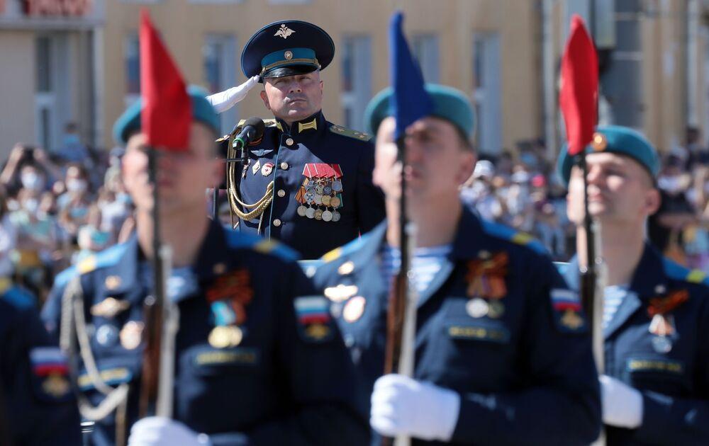 Vojáci v průvodu při vojenské přehlídce k 75. výročí vítězství v Tule