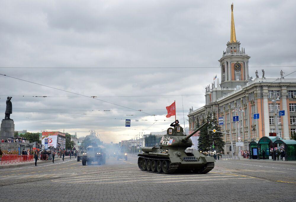 Vojenská technika při vojenské přehlídce v Tule u příležitosti 75. výročí vítězství