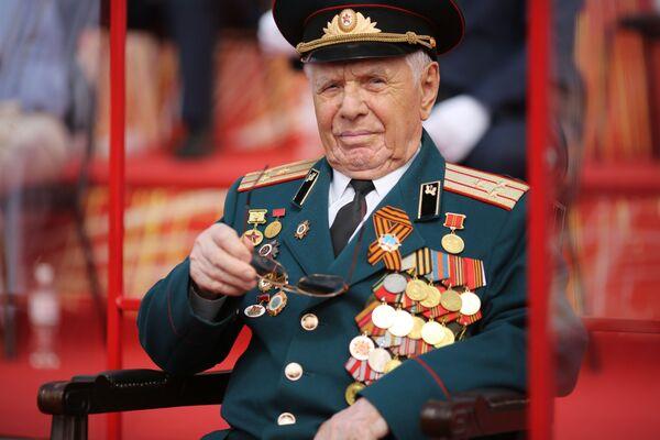 Veterán druhé světové války na vojenské přehlídce u příležitosti 75. výročí vítězství ve Volgogradu - Sputnik Česká republika