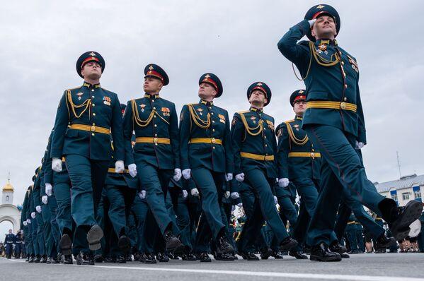 Vojáci při vojenské přehlídce při příležitosti 75. výročí vítězství v Jihosachalinsku - Sputnik Česká republika