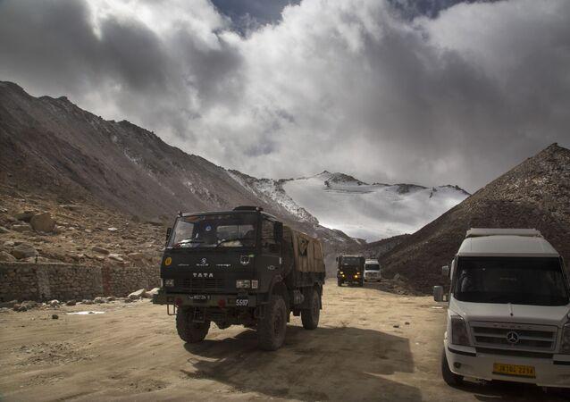 Kamion indické armády u jezera Pangong na hranici s Čínou, Ladak