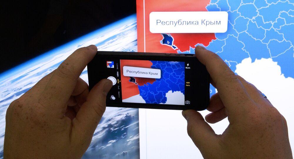 Muž fotografuje mapu Ruska