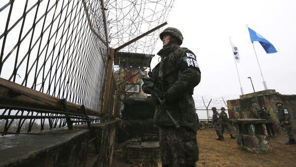 Jihokorejský voják na hranici s KLDR - Sputnik Česká republika