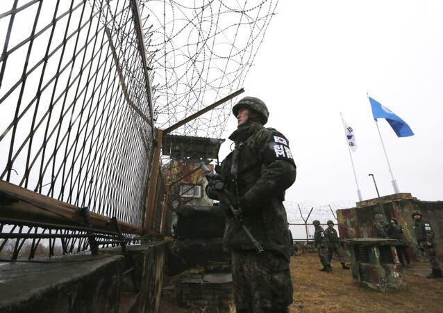 Jihokorejský voják na hranici s KLDR