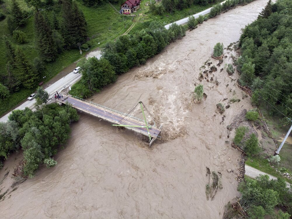 Most přes řeku Černý Čeremoš v Ivanofrankivské oblasti, který byl zničen povodněmi