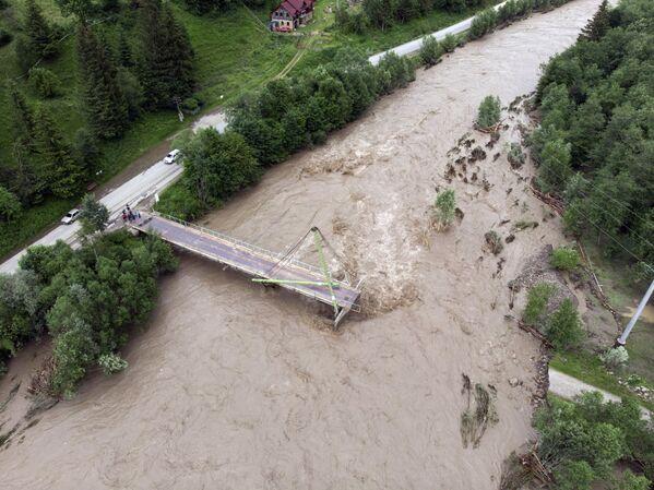 Most přes řeku Černý Čeremoš v Ivanofrankivské oblasti, který byl zničen povodněmi - Sputnik Česká republika