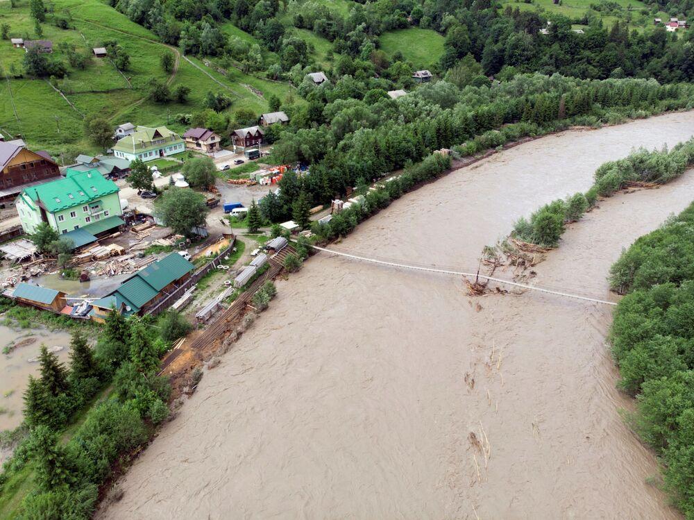 Most přes řeku Černý Čeremoš v Ivanofrankivské oblasti, který zničily povodně // AFP / Kryvenko