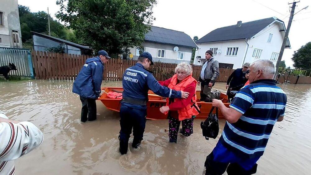 Záchranná služba a místní obyvatelé zaplavené vesnice Krivorovňa, Ukrajina