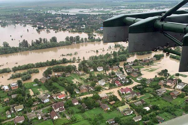 Letecký pohled na zaplavené vesnice v Ivanofrankivské oblasti, Ukrajina - Sputnik Česká republika