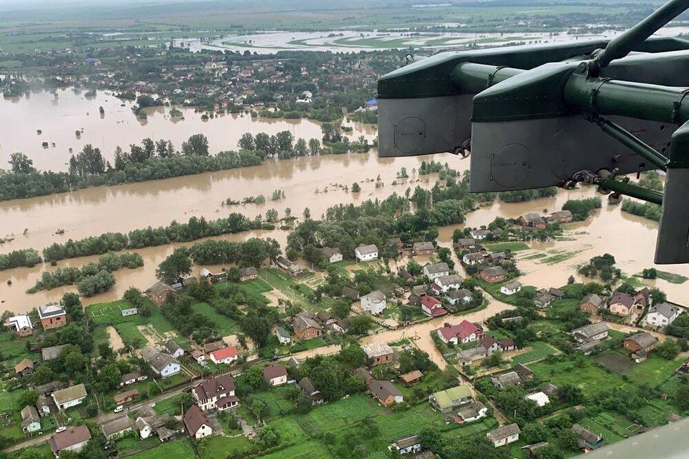 Letecký pohled na zaplavené vesnice v Ivanofrankivské oblasti, Ukrajina