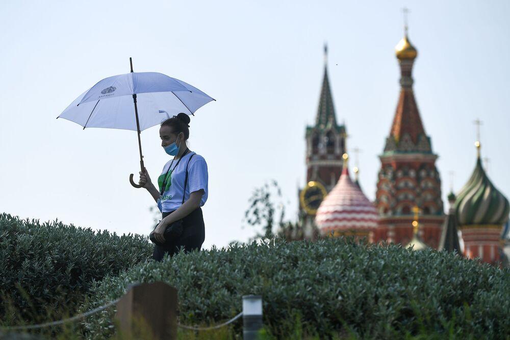 Dívka v parku Zarjadje v Moskvě