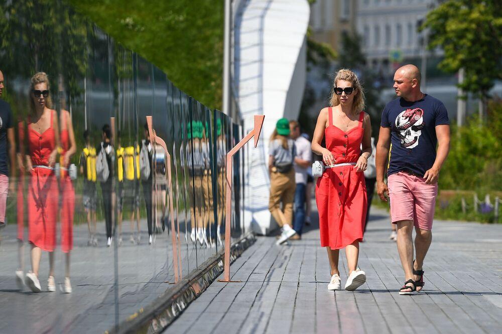 Turisté v parku Zarjadje v Moskvě