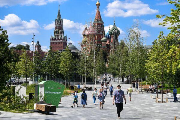 Turisté v parku Zarjadje v Moskvě - Sputnik Česká republika