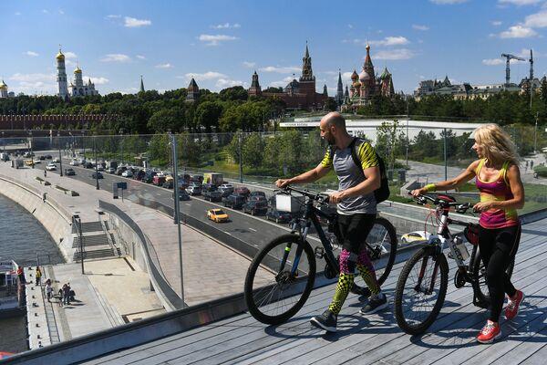 Turisté na vznášejícím se mostě v parku Zarjadje v Moskvě - Sputnik Česká republika