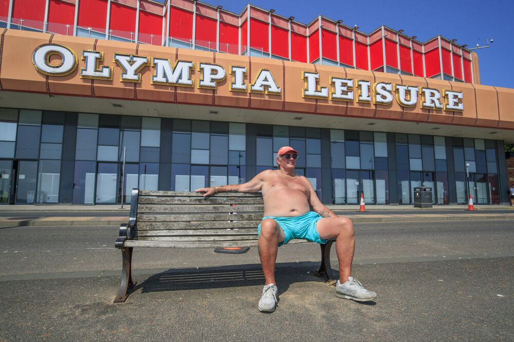 Muž si užívá slunečného počasí v Scarboroughu, Anglie
