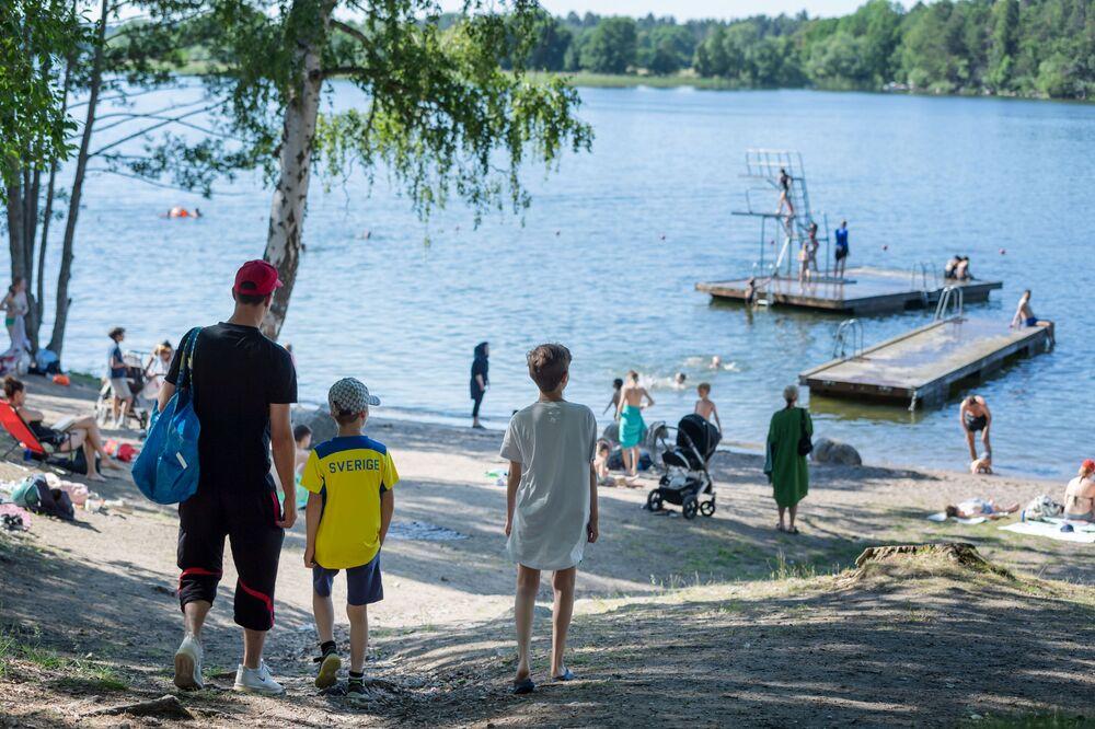 Lidé odpočívají u jezera Mälaren ve Stockholmu, Švédsko