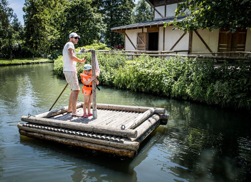 Muž s dítětem se osvěžuje v bazénu v Rotterdamu, Nizozemsko