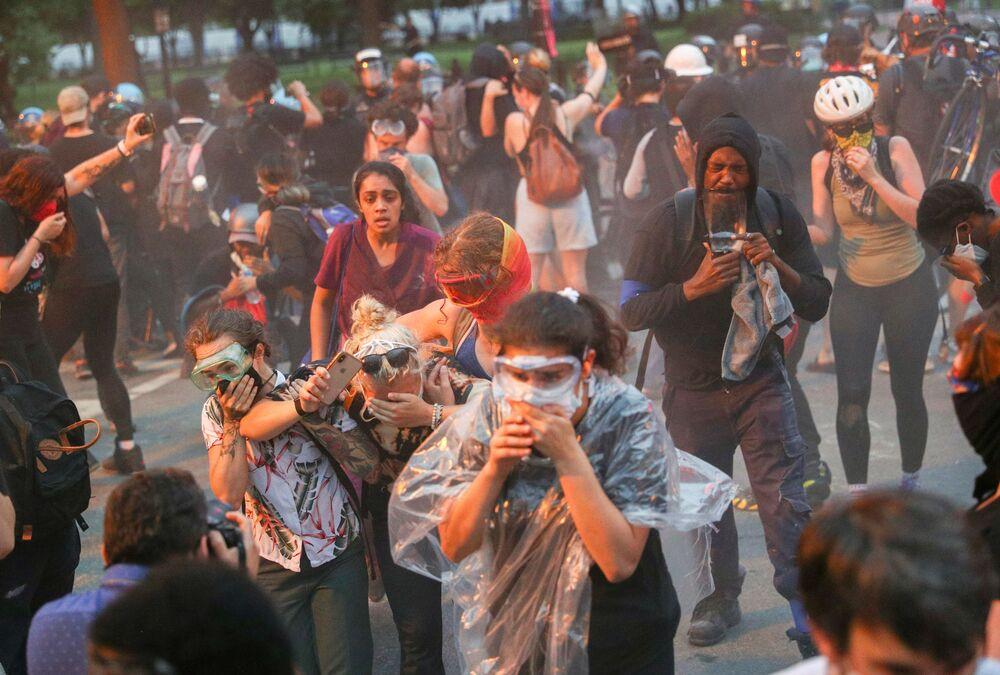 Tento týden bylo ve světě opravdu horko: Protesty, vojenská přehlídka, erupce sopky a další bouřlivé události