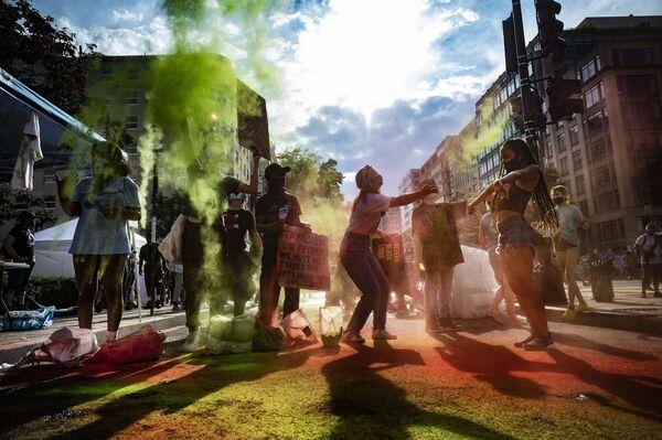 Tento týden bylo ve světě opravdu horko: Protesty, vojenská přehlídka, erupce sopky a další bouřlivé události - Sputnik Česká republika