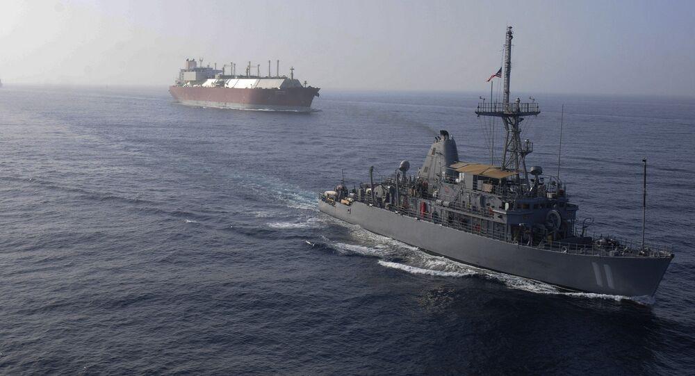 Americké válečné lodě doprovázejí tanker s LNG