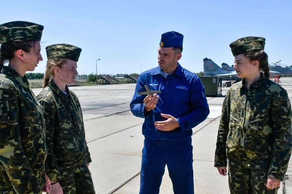 Ruské dívky za kormidly československých letadel aneb Jak probíhá výcvik bojových letkyň