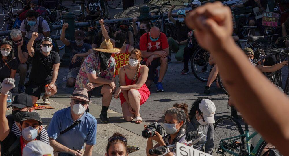 Protestující klečí během demonstrace v New Yorku kvůli smrti George Floyda