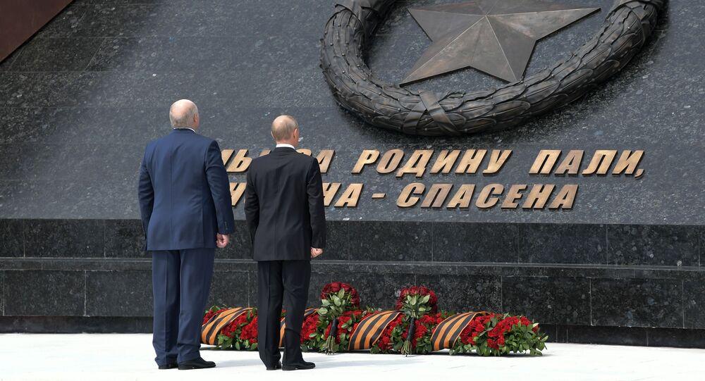 Vladimir Putin a běloruský prezident Alexandr Lukašenko odhalili památník Sovětského vojáka u Rževa