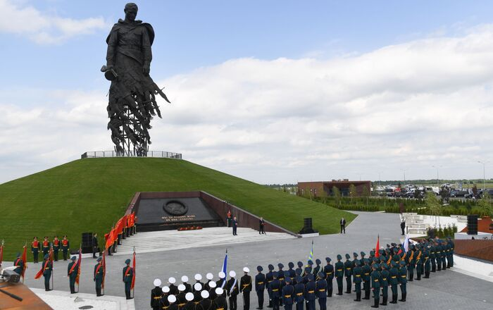 """""""Padli jsme za vlast, ale byla zachráněna."""" Prezidenti představili Rževský památník sovětskému vojákovi"""