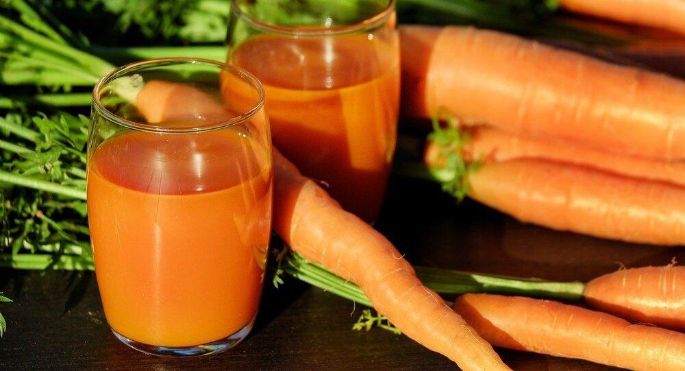 Čerstvě vymačkaná mrkvová šťáva