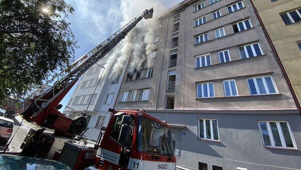 Hasiči hasí byt v pražských Holešovicích (1. 7. 2020) - Sputnik Česká republika