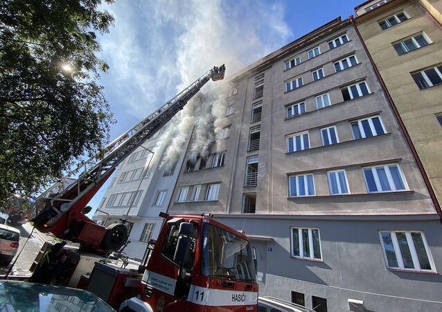 Hasiči hasí byt v pražských Holešovicích (1. 7. 2020)